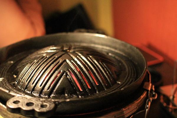 特徴的な形状の鉄鍋