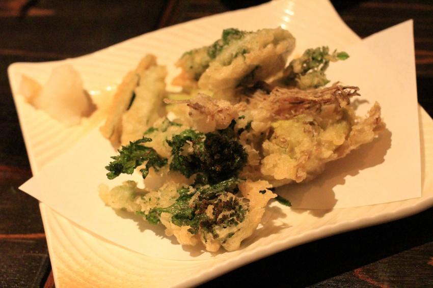 各人が好きなように食べた山菜の天ぷら。お皿は四角だが、広義では鍋なのか?
