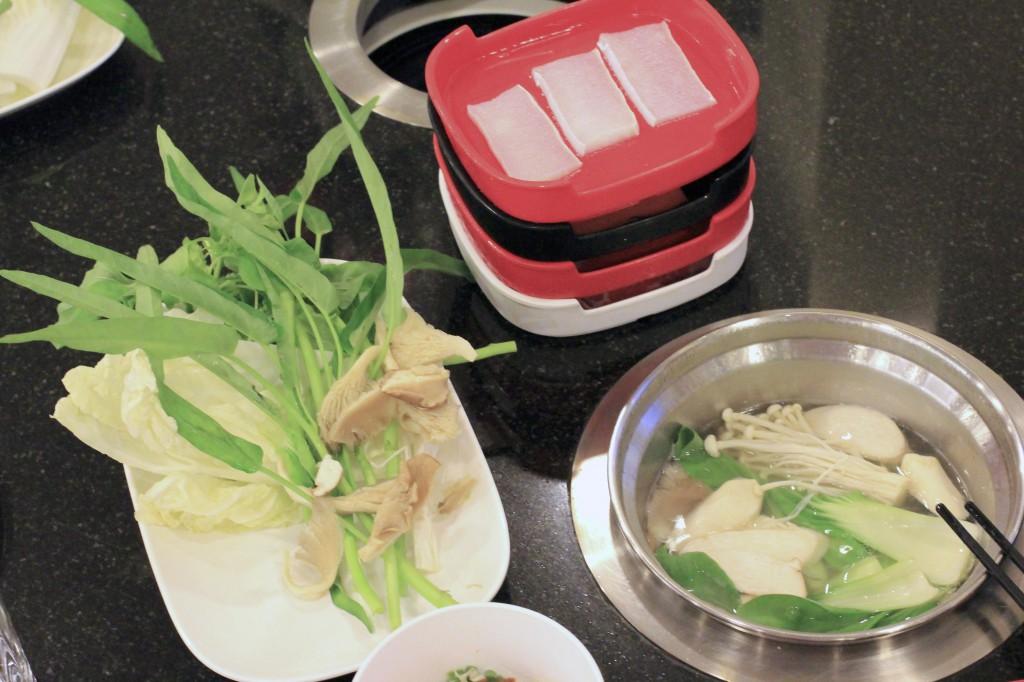 食材コーナーで取ってきた具材を自分専用の鍋に入れて食します。