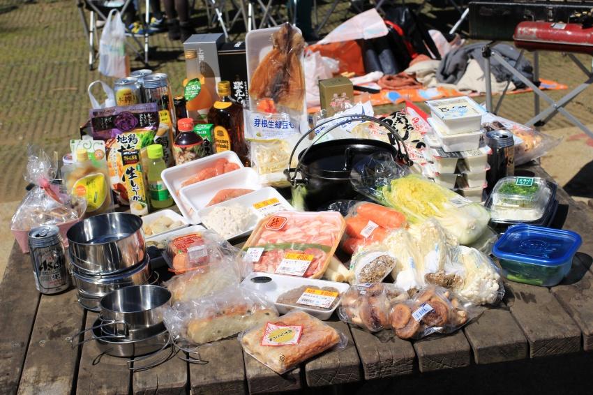 鍋Qに使う食材の山。中心には会場で借りたダッチオーブン。