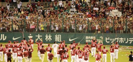 詰めかけたファンに挨拶する選手たち。