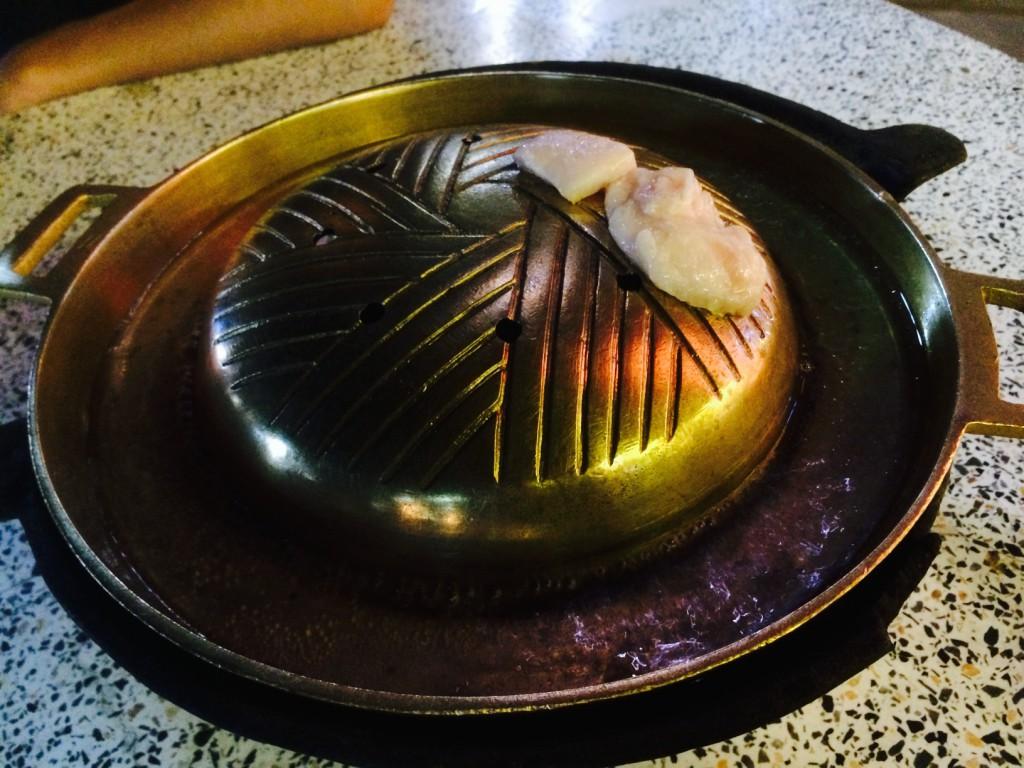 ムーガタ鍋。ジンギスカン鍋よりも縁が深くて広い