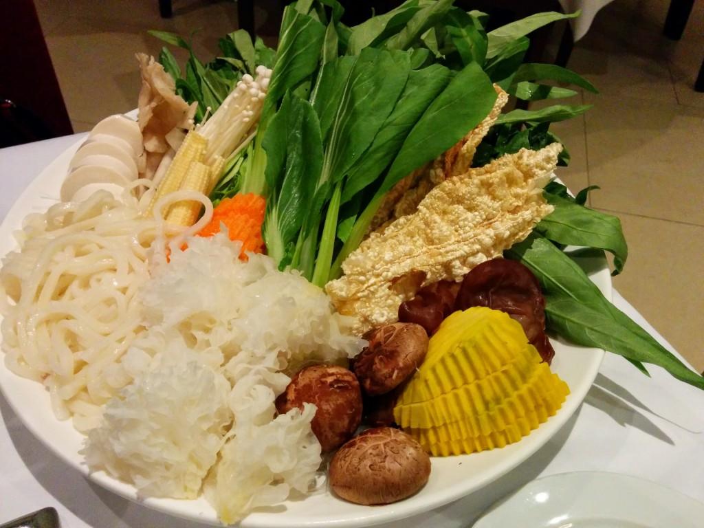 大皿に盛られた野菜のセット