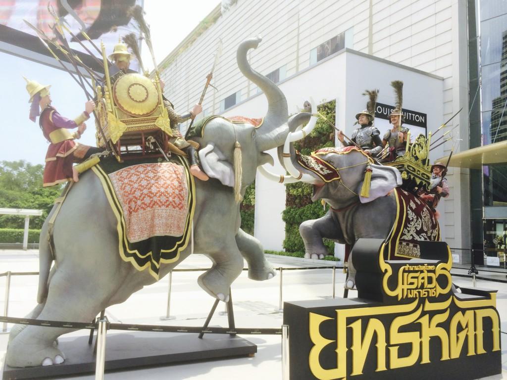 象の像。記念写真をしている人が多かった