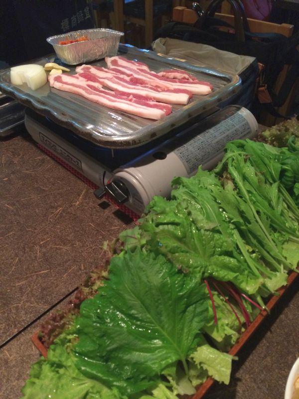 豚バラ肉と緑鮮やかな香草。食い放題なんです。