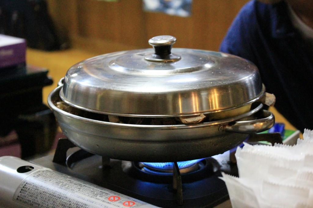銀色の鍋で登場。微妙に浮いたフタが期待感を高める