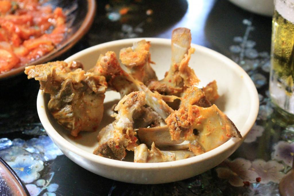 骨付き肉は食べづらいが、その分美味しい