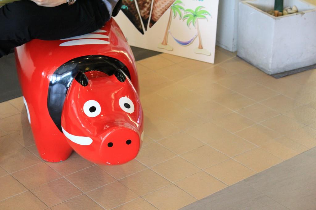 福島郷土玩具の赤べこがベンチがわり