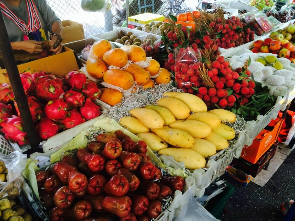美味しそうな果物や野菜類がそこかしこに並ぶ