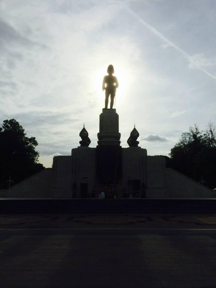南の入り口にはラマ6世の銅像が。朝日を背景に受けて神秘的に輝く