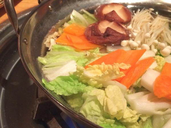 たっぷりの野菜が入った鍋。出汁は薄味。