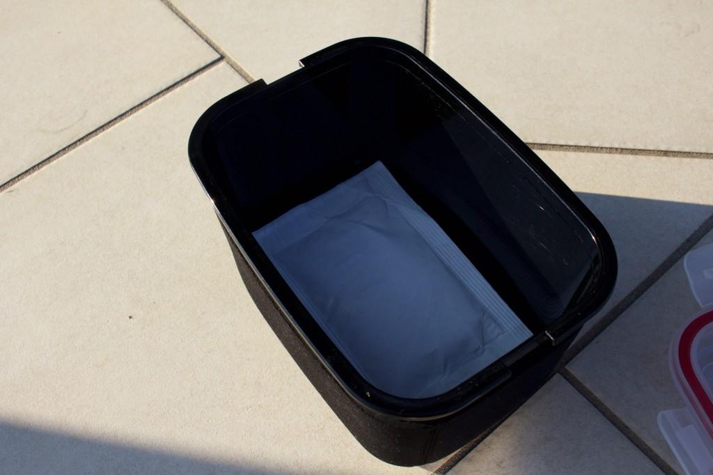 外箱の底面に加熱材を敷く