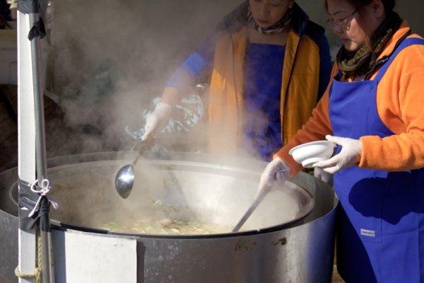 大鍋で煮る芋煮鍋。最高。