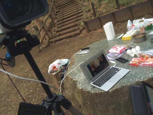 今回,Macbookにビデオカメラと、接続機材も事前に用意。