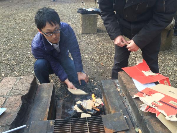 風を送りながら木炭に着火させる。
