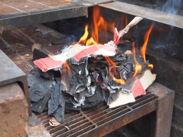 まだこのぐらいでは木炭には火が着かない。