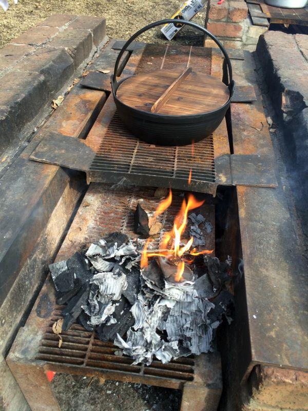 撮影用に。鉄鍋に窯。そして火。素晴らしいアングル。