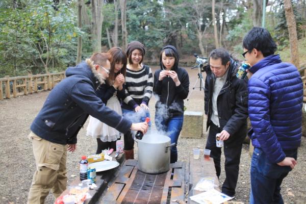 ただ醤油を入れるだけでも一大イベント。それが芋煮会クオリティ。