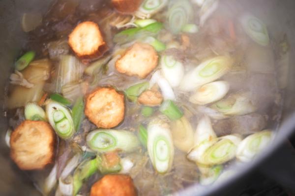 さらに。仙台麩や葱を追加して、風味が増します。味の変化が楽しめるのも鍋の醍醐味。