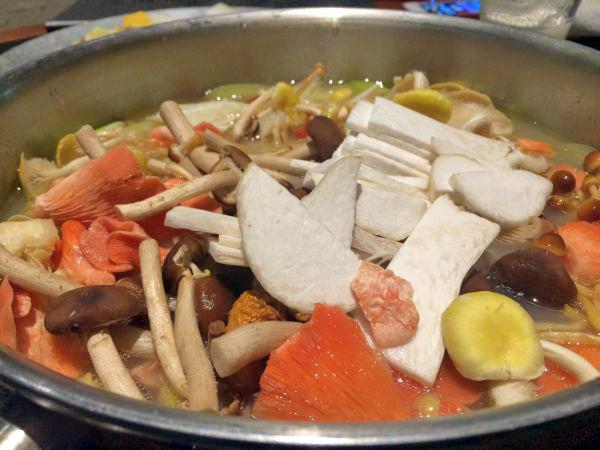 鍋がキノコで埋め尽くされたw