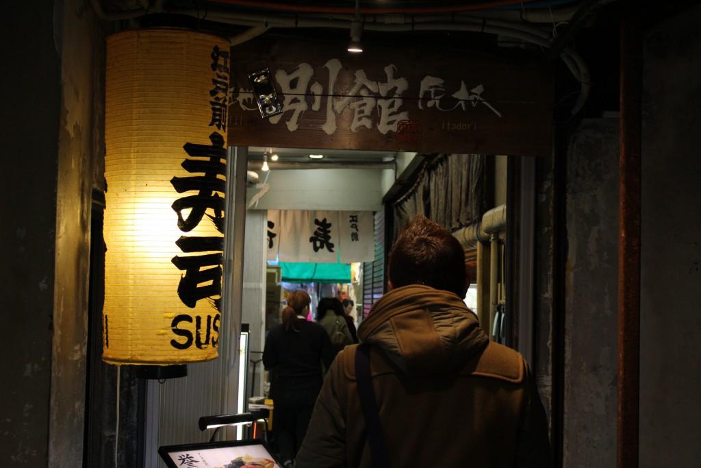 狭い路地を入ったところにお店があります