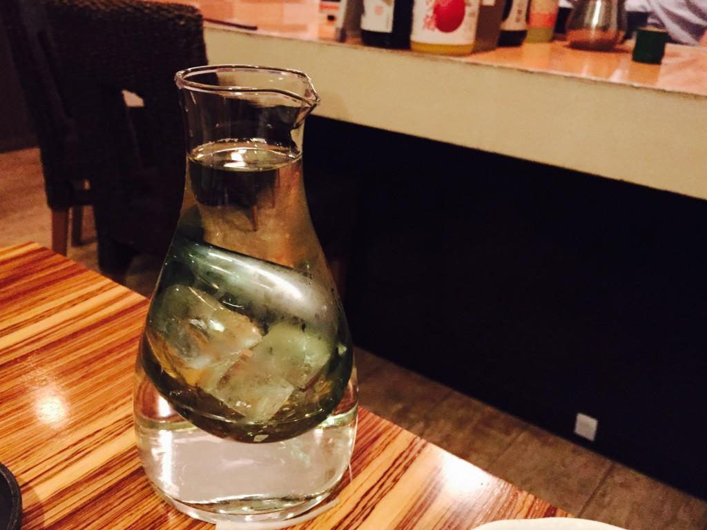 氷で冷やせる酒器で持ってきてくれました