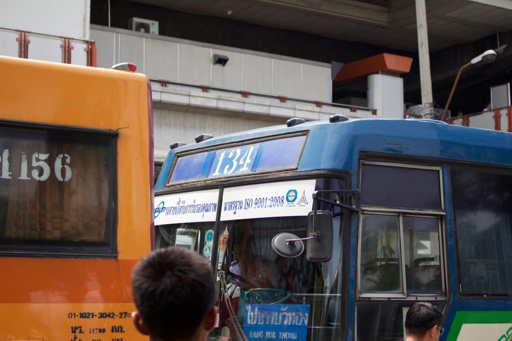 次から次へとバスが来る