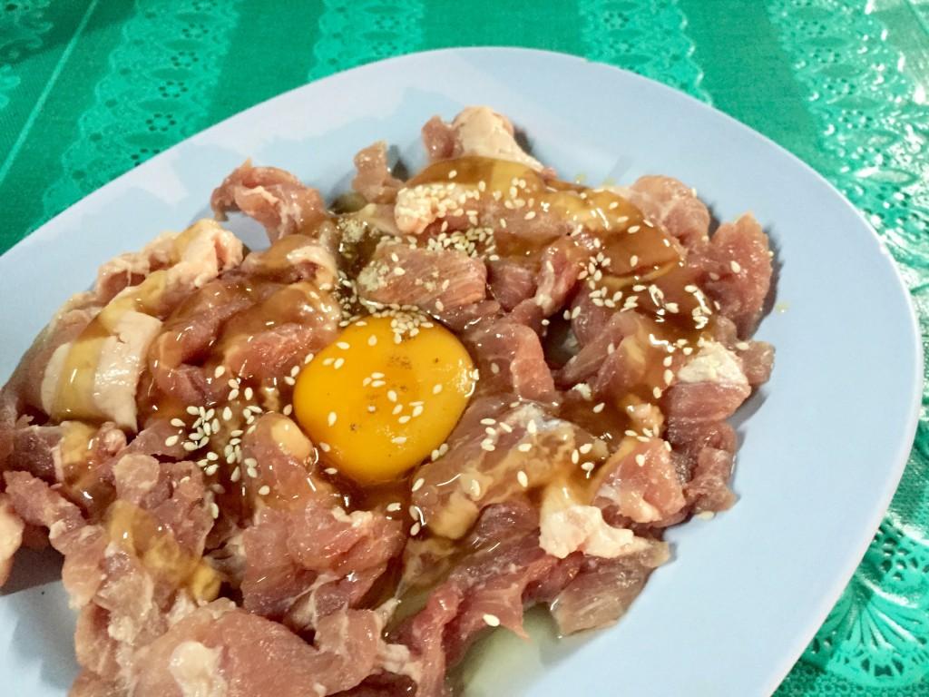 豚肉のチムチュムをオーダーしたので、たっぷりの豚肉と生卵