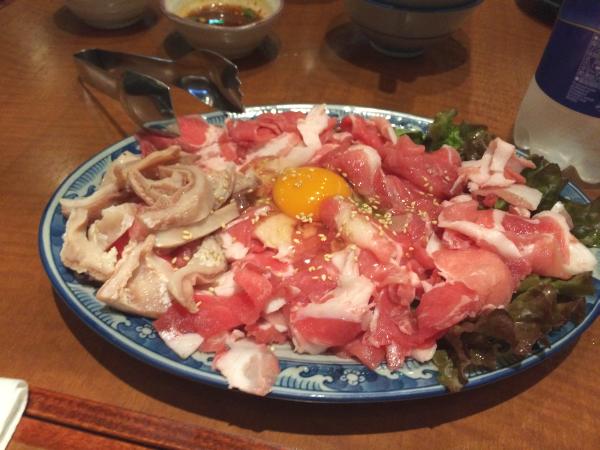肉。豚にラム、そしてホルモン。生卵も混ぜて。