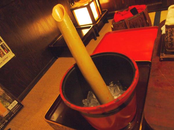 竹筒に入れた大雪渓を冷やした「氷竹酒」。