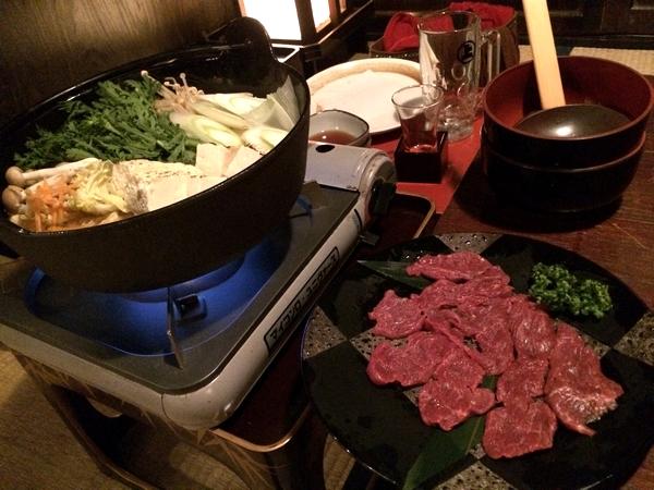 山盛りの野菜が入った鉄鍋。 そして新鮮な馬肉。