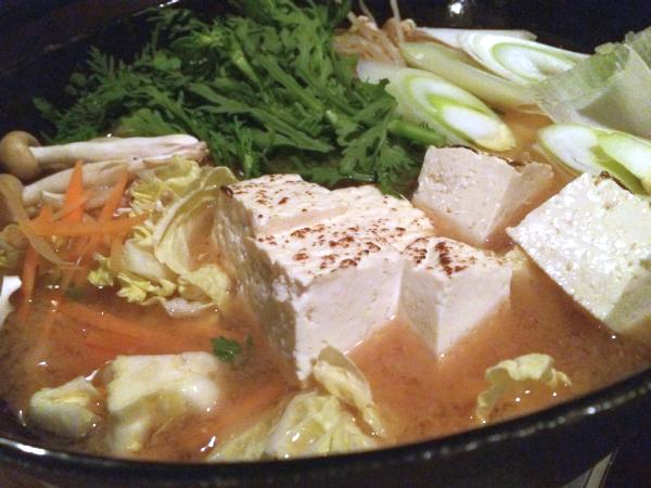 あらかじめ用意されている鍋には山盛りの野菜。 出汁に使っているのは、塩屋醸造の信州味噌。