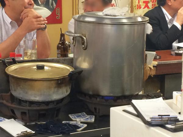 寸胴鍋で煮込むもつ煮込み。大は小を兼ねる、か。