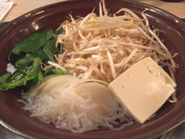まずは水で野菜と豆腐を煮込んで。