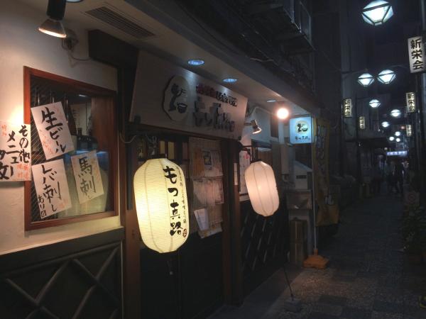 上野・御徒町の路地にたたずむ店。