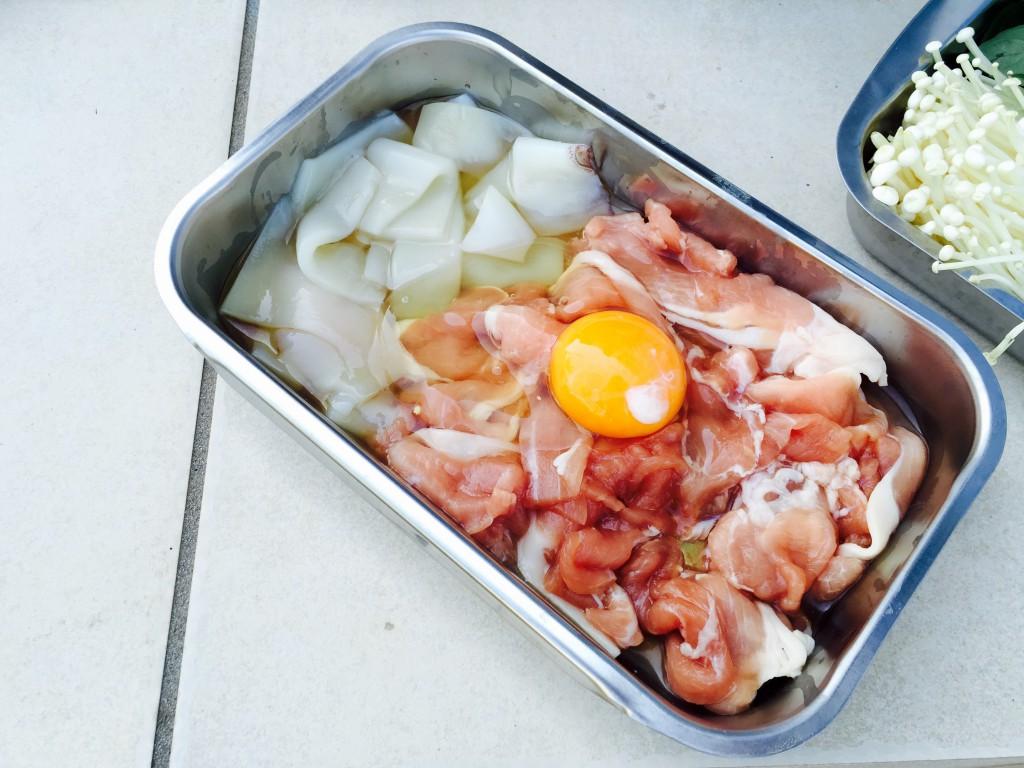 豚肉とイカ。生卵を絡めるのがポイント