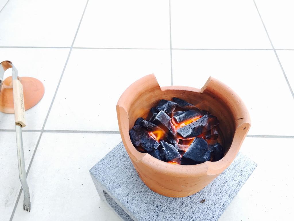 七輪で炭をおこす