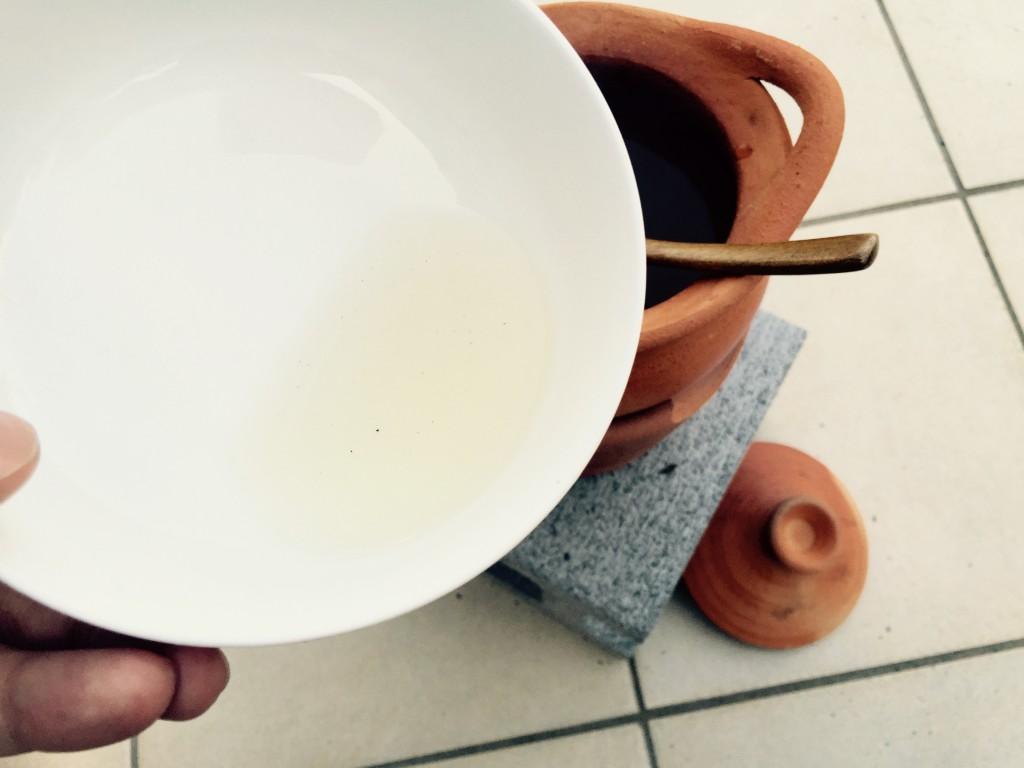 ナンプラーや砂糖を加えてスープのできあがり。ちょっと色づいたあっさり味