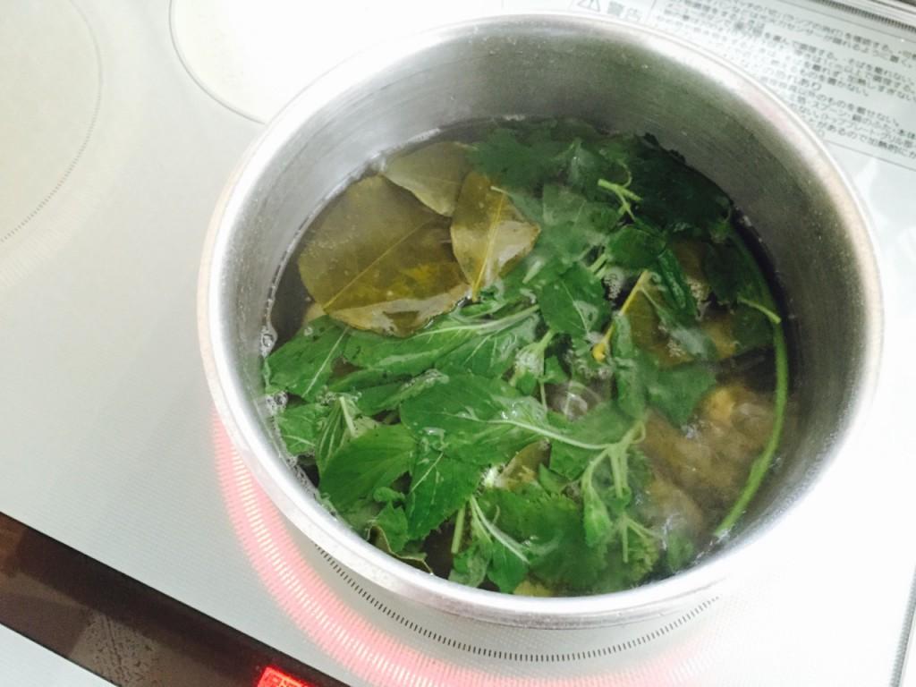 時間短縮のために普通にコンロでスープ作り。