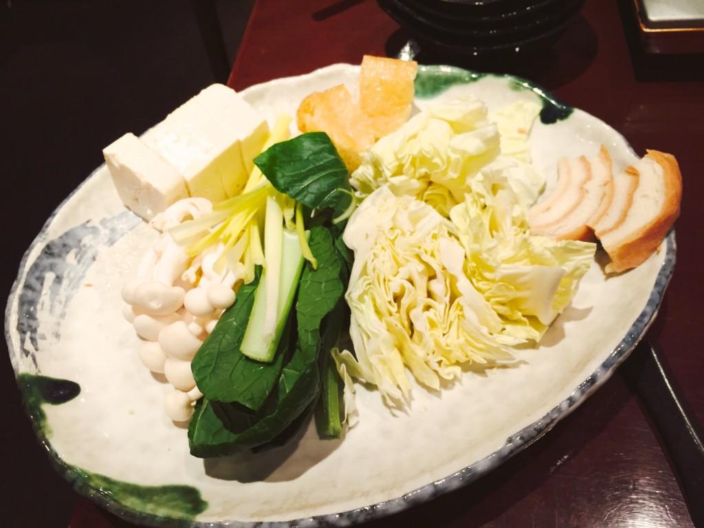 野菜やキノコ、豆腐、お麩などの豊富な具材