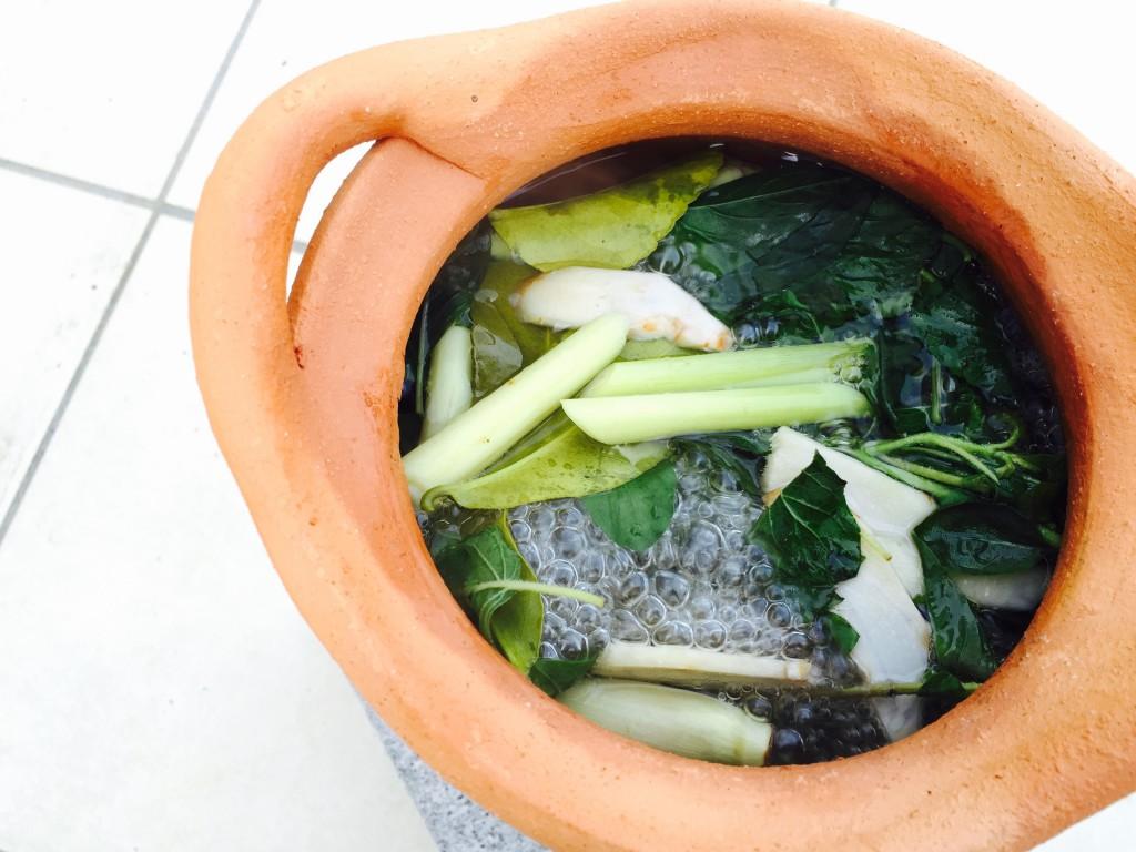 スープ用のハーブを水に入れて火にかける