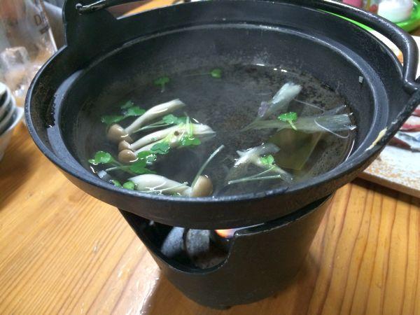 出汁はシンプルに昆布。あとは香り付けの野菜が少々。