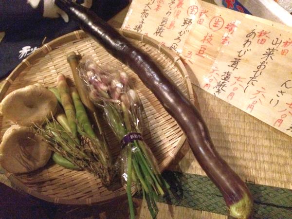 採れたての野菜・山菜。 こんなの見たら食べたくなるよね。