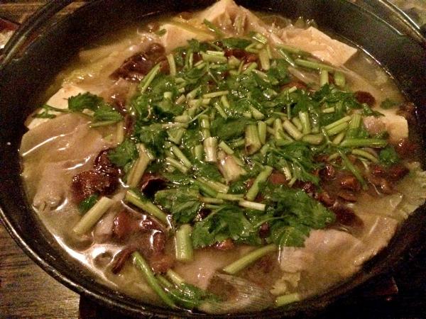 あみこ茸鍋。 たっぷりのあみこ茸。 そして三つ葉に山菜。