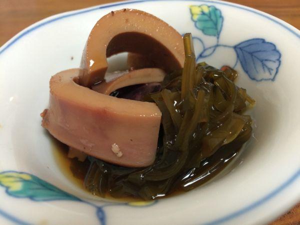 お通しのイカの煮物。 味が染み込み、さくさくの歯ごたえが最高。