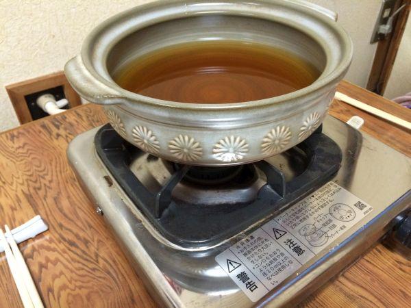 年季の入った鍋とコンロ。