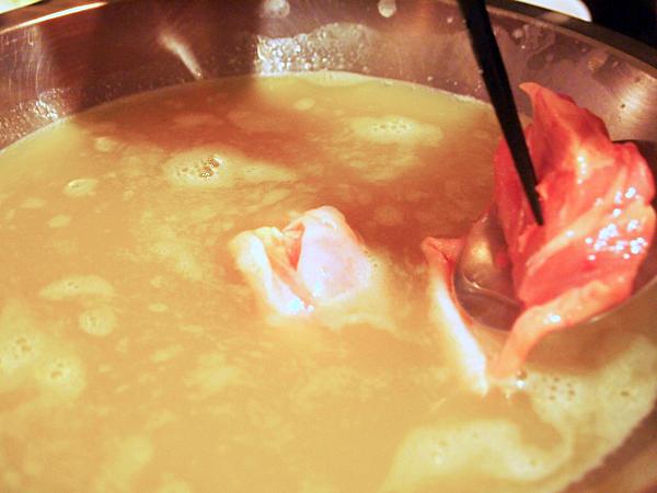 さっそく鶏もも肉を鍋に入れて。