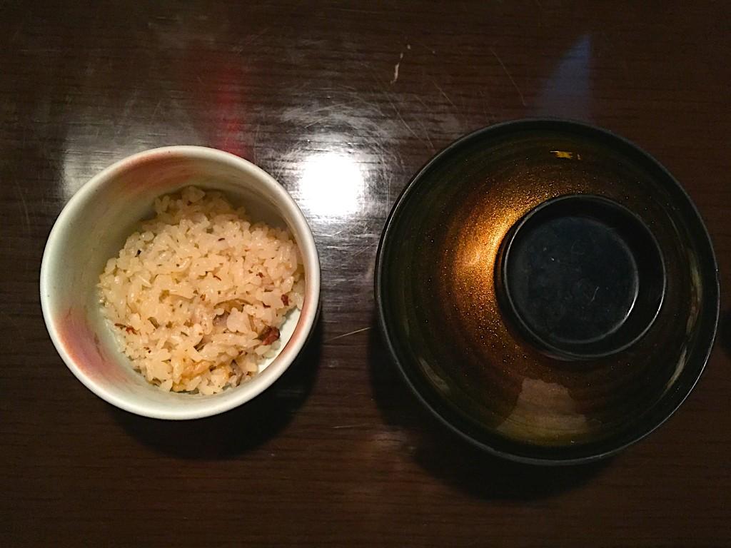 炊き込みご飯とお味噌汁。ご飯は少なめでお願いしました