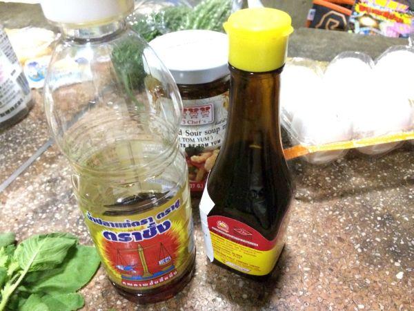 ナンプラーと醤油。どちらもタイ製。
