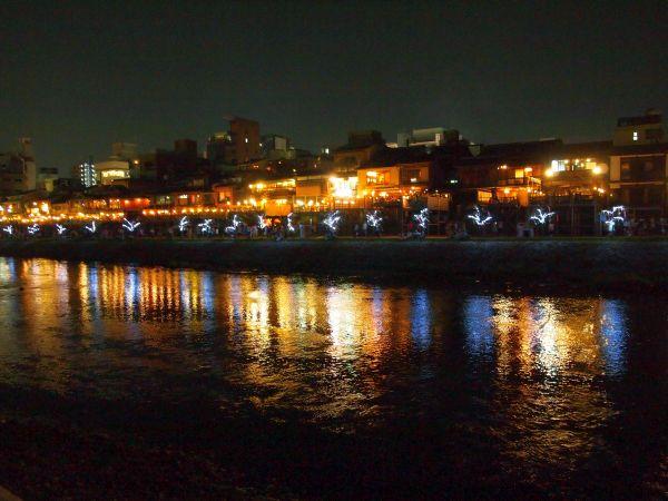 夜の鴨川。納涼床の灯が川面に映って幻想的。